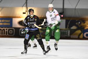 Gripens Johan Grahn (en av hörnmålskyttarna) i duell med Hammarbys Carl-Johan Rutqvist. Gripen förlorade på Zinkensdamm, men fick i alla fall igång hörnskyttet.