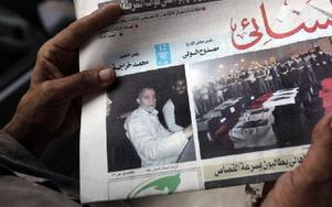 Framsidan av den egyptiska tidningen Al-Ahram i går, tisdag: En bild av Muslimska brödraskapets ledare Muhammed Badie bredvid en bild av kistor med döda poliser i. Foto: Amr Nabil, AP, Scanpix