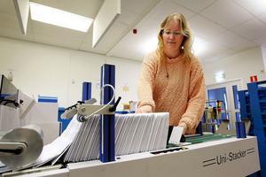 Omkring tusen hastighetsböter per dag lämnar kuverteringsmaskinen i källaren till Rymdhuset där Rikspolisstyrelsen håller till i Kiruna. Marita Pettersson är serviceman på avdelningen för registrering, produktion och uppbörd.