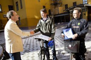 David Eldrot delade ut diplom och tågbiljetter till de flitiga tramparna John Samuelsson och Lars-Åke Frisell.