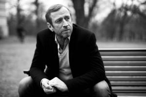 Per Holknekt, född i Mora och uppvuxen i Falun, berättar om sitt liv så här långt. Medförfattare är Markus Lutteman.