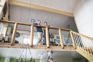 Glasräcket är platsbyggt och precis som allt annat i huset är det ett lokalt hantverk.