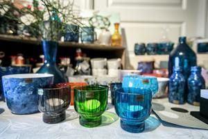 Inte allt kommer från soptippen. En del av Lovisas glas till återbruket kommer från vänner och bekanta.