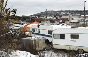 Här slås ryktena om gratis bostäder i kras. I tältlägret sover EU-migranter ihoppackade i bilar och husvagnar.