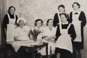 Personal. Den här bilden är tagen i början av 1950-talet i Margaretaskolans salong på Järntorget. Från vänster syns Ella Möttus, som på den tiden hette Gustafsson, Ester Johansson, Hanna Ekholm, Ellen Svensson, Ingrid Nordin och, längst bak, Anna-Lisa Edvinsson och Astrid Selander.Bild: Privat