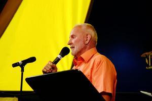 Elvis-kännaren Ulf Schöning presenterade programmet med Elvis-låtar och gav många intressanta faktaupplysningar under kvällen.