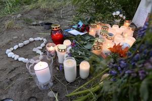 Flera ljus har tänts vid olycksplatsen.