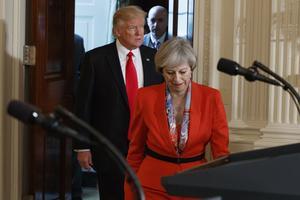 Storbritanniens premiärminister Theresa May och USA:s president Donald Trump när de anländer till presskonferensen i Vita huset.