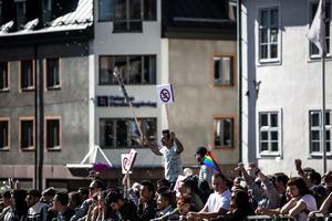Motdemonstranterna var många och skanderade högljutt.