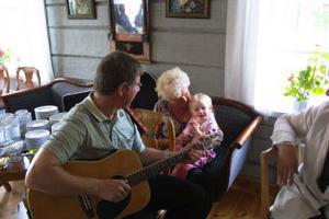 Jan Andersson spelar gitarr, Ines och Michelle Nauchman sjunger Imse Vimse Spindel så det knakar i timmerväggarna på hembygdsgården.