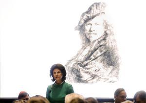 Drottning Silvia håller tal vid invigningen av utställningen