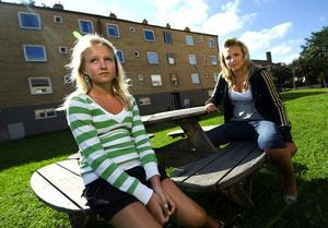 Ledsna och arga. Alva och Lovisa Eriksson är hårt drabbade av cykeltjuvar. På cirka fem veckor har de blivit bestulna på tre cyklar. På tre helt skilda ställen i Borlänge. Foto:Mikael Hellsten