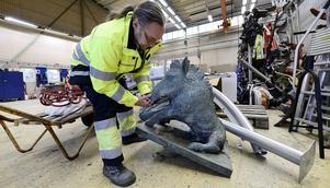 Kalle Edin på parkavdelningen känner på tyngden på skulpturen