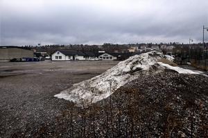 På den här tomma tomten vid Fjällräven Center planeras för bland annat 50 till 60 lägenheter,