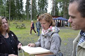 Historisk läsning. Camilla Sörman tycker att föreningens äldsta protokoll är jättekul att läsa, här med Solveig Oscarsson och Håkan Henriksson.