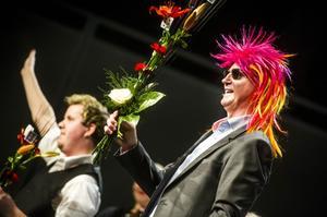 Det är inte alla gånger som dirigenten Kenneth Eriksson uppträder med den här frisyren.
