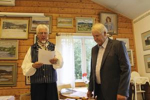 Jan-Eric Berger, till vänster, överlämnade den fina utmärkelsen till Robert Wirén.