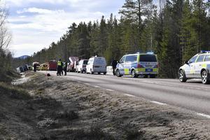 SVEG 2017-04-02Räddningstjänst polis och ambulans på platsen där en allvarlig bussolycka inträffade på E45 mellan Sveg och Fågelsjö i Härjedalen på söndagsmorgonen. Foto Nisse Schmidt / TT / kod 40421