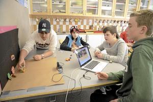Animerad film på gång. Från vänster Fadi-El Doghli, Albin Eriksson, Emanuel Sundén och Simon Strandahl.