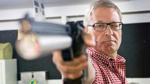 """Luftpistol. Björn Nyberg har varit aktiv inom skyttesporten i 46 år. Nu har han även testat att tävla ute i Europa. """"Hård konkurrens, men det var kul"""", säger han."""