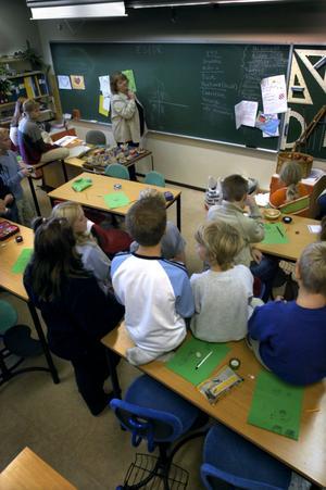 Både minne och inlärningsförmåga försämras i en bullrig skolmiljö, visar forskning vid Högskolan i Gävle. Nu satsar Gävle kommun på att få ner ljudnivån i skolorna.