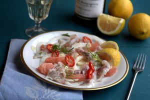 I originalet används en viss typ av lime, men alla citrusfrukter fungerar. Här har blodgrape blandats med citron, fisk och fänkål.