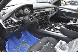 Så här kan det se ut när tjuvarna varit i farten. Rattar och krockkuddar plockas ur bilarna.