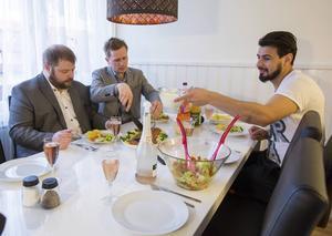 Raad Al-Duhan reagerade på hur SD-politiker uttryckte sig mot muslimer. Han bestämde sig för att bemöta hat med mat och bjöd hem Roger Hedlund och Richard Carlsson på middag. De hade mycket att prata om.