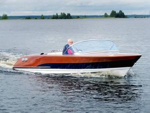 Tur på Storsjön. Ken Andersson är ute och kör sin egenbyggda mahognybåt. 40 knop kommer båten upp i.