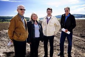 Delar av styrelsen för Flästa Källa AB på den plats där man vill se anläggningen, från vänster Olle Eriksson, Karin Eriksson, Torbjörn Rosén och Lars Olsson.