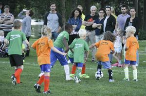 En hel del spelare brukar följa bollen på planen under lilla Champions League – och en hel del föräldrar och anhöriga till de unga lirarna brukar följa matcherna med intresse.