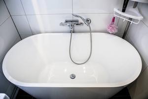 Tur i oturen. Paret hade egentligen tänkt köpa ett badkar som var 160 centimeter långt. Vid kontrollmätning hade rummet krympt och de fick i stället satsa på en mindre variant.