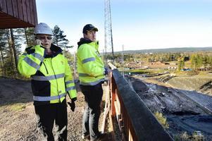 Christer Asp (t v) fungerar som byggledare för alla byggprojekt på Lugnet. Här står han tillsammans med Daniel Bröyt, som är platschef för entreprenören Ericson i Lima AB, som ansvarar för ombyggnaden av underbackarna.