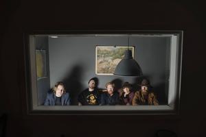 Gustav Ejstes, Pontus Winnberg, Nils Törnqvist, Amanda Bergman och Petter Winnberg i Amason. Det hyllade bandets debutalbum
