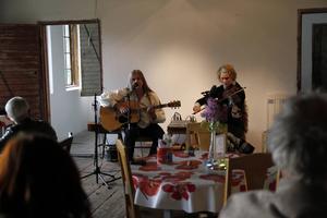På torsdagskvällen var det Julia Woxberg och Sven Rönnqvisth som stod för underhållningen på musikkvällen på Olsgård och de sjöng visor från nordens alla hörn.