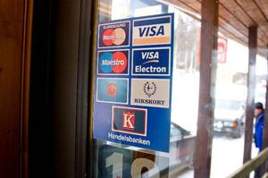 Affärens kunder uppmanas att betala med kort för att kunderna ska kunna få den dagsaktuella valutakursen.