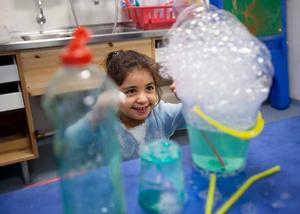 """BUBBELKUL. Tasnim Abu Amara älskar att utforska vattnet och bubblorna. """"Det blir fint. Jag kan göra massor av saker här"""", säger hon om experimentrummet."""