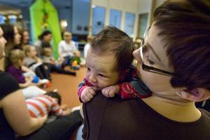 Två veckor gamla Märta Fu var med för första gången på sångstunden med mamma Linda Ohlsson.