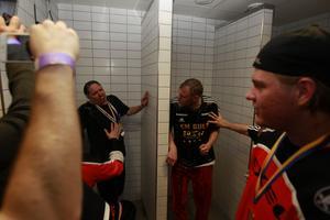 Thomas Brottman firar SM-guldet genom att bli nersprutad och duschad av champagne.