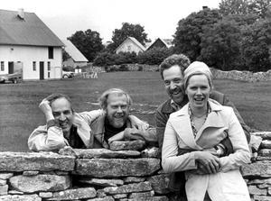 Fårömys. Ingmar Bergman 1972, tillsammans med fotografen Sven Nykvist och skådespelarna Erland Josephson och Liv Ullman utanför det kombinerade hemmet och arbetsplatsen Hammars på Fårö.