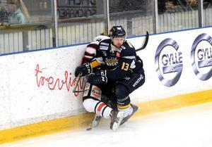 Viktor Mårtensson sätter in en tackling.