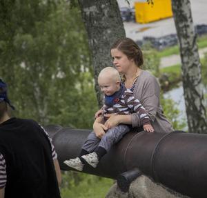 På en av kanonerna fick Olle, 1 år, sitta och titta på piraterna tillsammans med mamma Marie Englin.