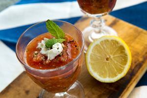 En lite annorlunda variant av den kalla, spanska soppan gazpacho, här får den en rund smak av vattenmelon. Smulad fetaost är gott i.