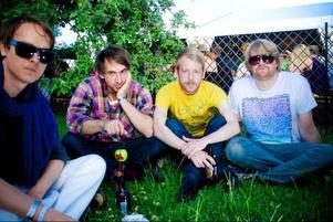 Niklas Lundell, Sebastian Ross, Andreas Jeppsson och Tobias Måård är fyra av medlemmarna i [ingenting]. Bandet som gillar kaos och dyra vanor.