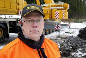 Kent Lindgren, platschef hos Jämtlands mobilkranar, har haft ansvaret för planeringen av bärgningsarbetet. På lördag morgon lyftes de två loken upp på rälsen igen.