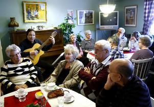 Mitt i trängsel och kaffedoft på Timrå anhörigcentrum sjunger Lars-Åke Melin Kai Gullmar, Taube och