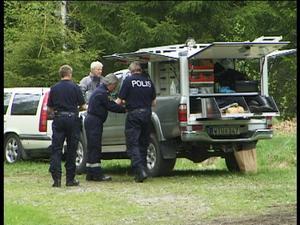 Finkammade området. Polisens kriminaltekniker har sökt igenom skogsområdet kring platsen där kvinnokroppen låg gömd efter skogsvägen vid Höjen två kilometer norr om Olshyttan. Nu ska fynden analyseras för att försöka koppla dem till de båda män, 25 och 36 år gamla, som sitter häktade.