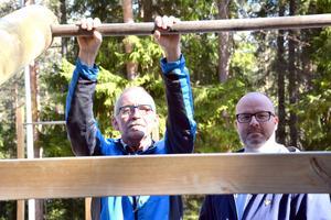 Arne Ögren och Johan Strömqvist på den plats där Modos hockeyspelare en gång byggde muskler och som nu har återuppbyggts igen.