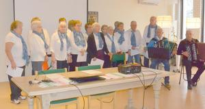 PRO:s sånggrupp i Malung tog sig ton vid det senaste höstmötet som framför allt bestod av en återblick på föreningens resa till Polen i våras. Foto: Folke Emilsson