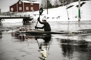 Julhetsen har precis inletts – men Isak Öhrström tar sig ändå tiden att genomföra sina träningspass trots iskylan.